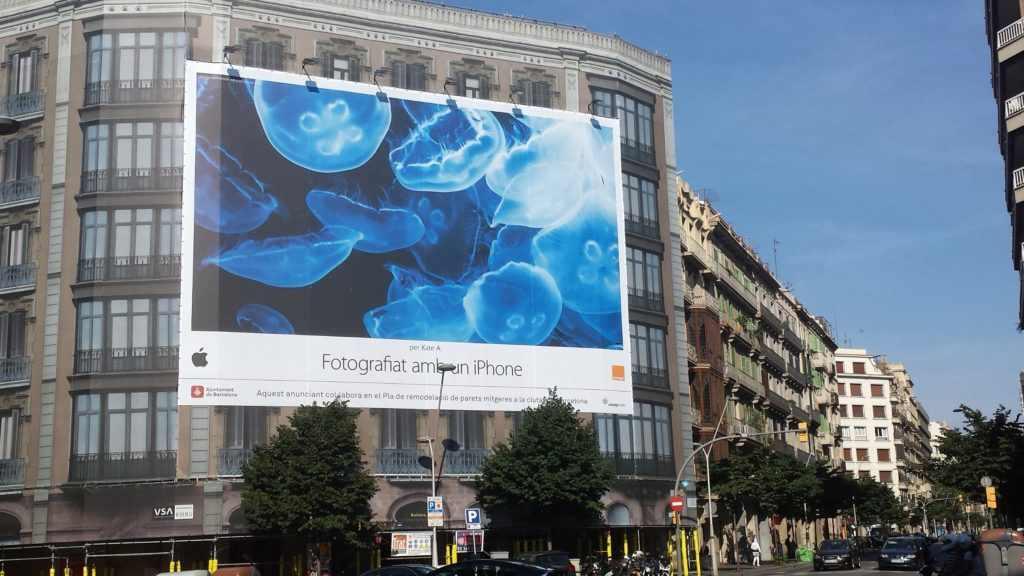 Lona publicitaria de Apple ubicada en el cruce entre Carrer Balmes y Carrer Aragò / Fuente: SPServicios Gráficos